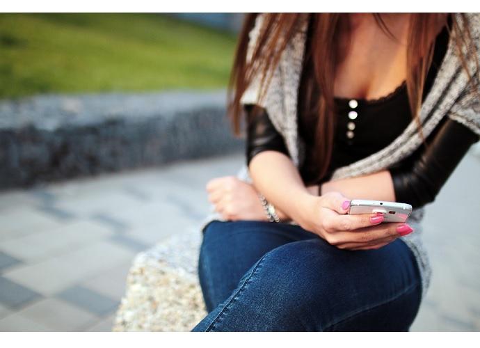 ragazza smartphone