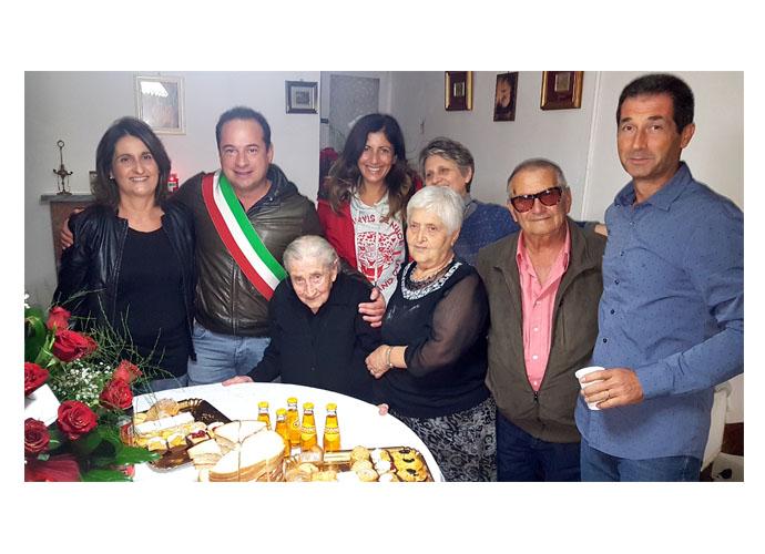 Nonna Gennarina compie 100 anni: Montenero di Bisaccia festeggia con lei