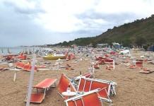 spiaggia devastata